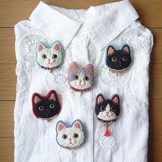 白×黒のハチワレ猫の毛糸刺繍のブローチ