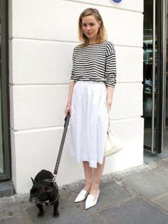 ワンサイズ上のボーダーシャツは、爽やかなホワイトスカートにインして。小物もホワイトで合わせて爽やか度UP!
