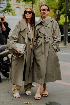 The Best of Paris Fashion Week Street Style Part 1 (because im addicted) Street Style Outfits, Spring Street Style, Street Style Looks, Tokyo Street Fashion, Paris Fashion, Trench Coat Outfit, Trench Coat Style, Look Fashion, Fashion Outfits
