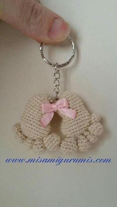 Keychain crochet pattern with the amigurumi technique of little pieces or baby footprints. Crochet Amigurumi, Crochet Toys, Diy Crochet, Crochet Keychain, Crochet Earrings, Cat Keychain, Baby Footprints, Baby Toys, Crochet Projects