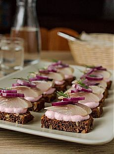 Тартинки с сельдью и сметанным соусом с хреном  Вкусный блог - рецепты под настроение