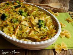 La pasta al gratin con broccoli e formaggio è un primo piatto molto ricco e dal sapore delicato. Lo si può considerare una sorta di piatto unico.