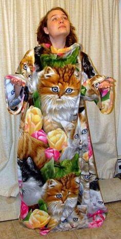 Lasst mich raten... Sie mag Katzen oder? Also ich bin ja auch ein Katzen-Fanatiker, aber ein Kleid (oder was das sein soll) aus verschiedenen Katzenbildern zu gestalten ist schon ein ziemlich großer Fashion-Fail, oder? | unfassbar.es