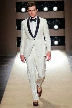 Abito bianco (per l'estate) formato da un paio di pantaloni e una giacca a un petto, con rever a scialle nero.