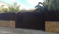 Una sencilla puerta corredera a juego con la valla. Cerramientos Candela maneja a la perfección la sencillez con el diseño.