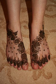 QuickDo Henna: A trail of Arabian climbers with little triangular dots to quickly fill up space, love the little humble time-saving dots!  #henna #tattoo #mehndi