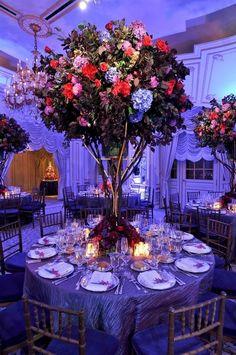 Big floral centerpiece. MORE INSPIRATION FOR CENTERPIECES.