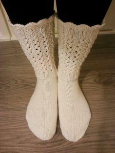 Joululahjalistalla oli tehtävänä valkoiset pitsisukat. Valmista mallia ei ollut ja maanantaiaamuna otin vaan puikot ja langan muk... Diy Crochet And Knitting, Crochet Socks, Loom Knitting, Knitting Socks, Knit Socks, Knee High Socks, My Yoga, Yarn Crafts, Mittens