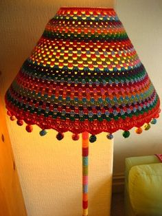 If I had a Crochet Lamp Shade Cover that pretty, I would never switch it off . Lampe Crochet, Crochet Lampshade, Crochet Diy, Crochet Home Decor, Learn To Crochet, Crochet Crafts, Crochet Projects, Diy Crafts, Crochet Ball