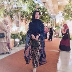 Model Dress Kebaya, Abaya Fashion, Fashion Dresses, Kebaya Brokat, Kebaya Muslim, Engagement Dresses, Stylish Sarees, Hijab Dress, Fashion 2020