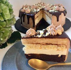 Chokolade-/karamellagkage - en eksplosion af chokolade og karamel Fancy Desserts, No Bake Cake, Tiramisu, Cravings, Food Porn, Tart, Food And Drink, Cupcakes, Sweets