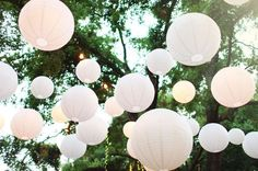 With white paper lanterns you can create an great atmosphere at your garden party!   Met witte lampionnen breng je veel sfeer aan je tuinfeest!   #lampion #tuinfeest  #wedding #weddingdecor #marriage #huwelijk #trouwen #event #events #decoration #stylist #paperlantern #weddingideas #weddinginspiration #gardenwedding l  Bruiloftsborden, hangende lantaarn Huwelijks ideeën, Fete de mariage, Heiraat dekoration