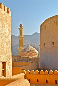 Oasenstadt am Rande des Hadschar-Gebirges: Bei gleißender Sonne offenbart sich die ganze Pracht der Festung Nizwa sowie der angrenzenden Qabus-Moschee