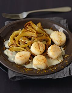 Coquilles Sy aint-Jacques, compotée d'endives au curry Look And Cook, Coquille Saint Jacques, Scallop Recipes, How To Cook Fish, Tilapia, Light Recipes, Food Design, My Favorite Food, Food Inspiration