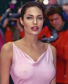 Angelina Jolie is an American actress, filmmaker, and humanitarian. The recipient of such accolades as an Academy Award and three Golden Globe Awards, she has been named Hollywood's highest-paid actress multiple times. Angelina Jolie Pictures, Actrices Sexy, Hottest Female Celebrities, Bollywood Actress Hot Photos, Foto Art, Brad Pitt, Beautiful Actresses, Gorgeous Women, Beauty Women
