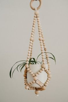 Latest Absolutely Free Plant Hanger repurposed Popular Macramé, the art of knotting rope, is really a trendy way to produce your own boho-chic inspired pl Rope Crafts, Bead Crafts, Diy Crafts, Diy Hanger, Macrame Plant Hangers, Rope Plant Hanger, Creation Deco, Idee Diy, Macrame Projects