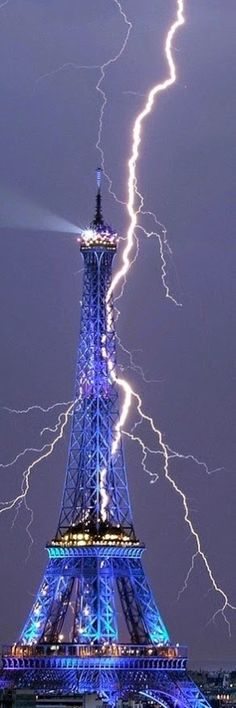 Amazing Lightning over Eiffel Tower .Yet, with all the fire and devastation consuming Paris.Paris continues to sing. All Nature, Science And Nature, Amazing Nature, Images Cools, Pretty Pictures, Cool Photos, Beautiful World, Beautiful Places, Tornados