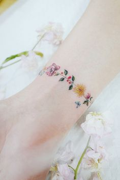 Discreet And Charming Wrist Tattoos You'll Want To Have. Classy, colorful and feminine wrist bracelet tattoos Classy Tattoos, Subtle Tattoos, Pretty Tattoos, Beautiful Tattoos, Cool Tattoos, Tatoos, Mini Tattoos, Body Art Tattoos, Small Tattoos