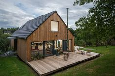 Our Top 11 Modern Prefab Home Designs – Modern Home Chalet Modern, Small Summer House, Pole Barn Homes, Wooden House, Prefab Homes, Scandinavian Home, Big Houses, House In The Woods, Tiny House
