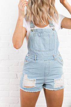 The distressed denim overall shorts that you'll have on repeat all spring + summer long. Indie Outfits, Cute Casual Outfits, Short Outfits, Girl Outfits, Fashion Outfits, Summer Shorts Outfits, Spring Outfits, Outfit Summer, Salopette Short Jean