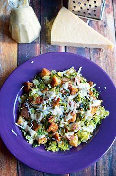 Warm Rosenkohl und Grünkohl Speck Caesar Salad.  Die Sprossen und Kohl sind in den Speck Schmalz gedünstet und dann mit cremig Caesar Dressing, hausgemachten Croutons, und jede Menge frisch geriebener Parmesan geworfen.  Ich möchte das jeden Tag essen.  | Hostthetoast.com