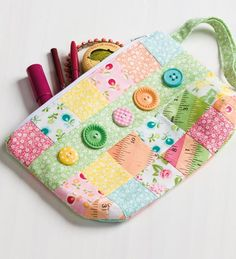 Buttons make a sweet little accent on this patchwork wristlet. Buttons make a sweet little accent on this patchwork wristlet. Sewing Hacks, Sewing Tutorials, Sewing Crafts, Sewing Tips, Fabric Bags, Fabric Scraps, Leftover Fabric, Purse Organization, Love Sewing