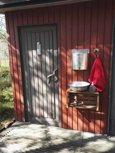 Outside Toilet, Outdoor Toilet, Outdoor Sinks, Outdoor Baths, Outdoor Bathrooms, Rustic Bathroom Designs, Rustic Bathroom Decor, Outhouse Bathroom, Garden Sink