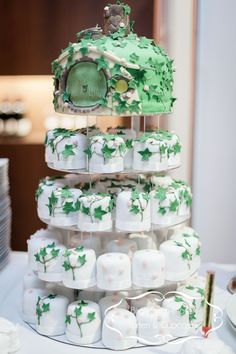 27 Herr Der Ringe Inspiriert Hochzeits Ideen 27 Lord of the Rings Inspired Wedding Ideas Hobbit Wedding, Elvish Wedding, Hobbit Party, Medieval Wedding, Celtic Wedding, Gothic Wedding, Floral Wedding Cakes, Wedding Cakes With Cupcakes, Cupcake Wedding
