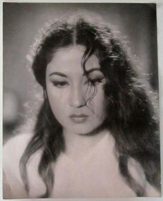 Bollywood Throwback : The forever young and beautiful Meena Kumari Indian Celebrities, Bollywood Celebrities, Bollywood Actress, Most Beautiful Indian Actress, Beautiful Actresses, Best Beauty Tips, Beauty Hacks, Vintage Bollywood, Rare Pictures