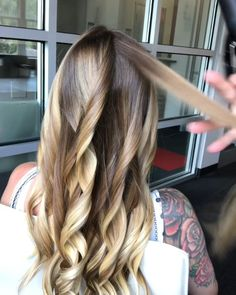 How to get the perfect Curl! @mickeycolonjr balayage hair in a curling iron video to achieve wavy hair styles blonde balayage hair, lived in hair color, hair styles, wavy hair tutorial, hair video tutorial Wavy Hairstyles Tutorial, Diy Hairstyles, Wavy Hair Tutorials, Makeup Tutorials, Hair Tutorial Videos, Curled Hairstyles For Medium Hair, Hairstyles Videos, Hairstyle Men, Layered Hairstyles