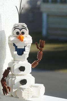 I must build Olaf! Do You Want to Build a Snowman? Specifically a Lego Olaf from Frozen? Frozen Disney, Olaf Frozen, Lego Frozen, Lego Disney, Disney Cars, Lego Design, Lego Sculptures, Amazing Lego Creations, Lego Boards
