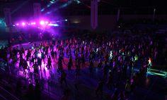 Zumbatón reúne a más de 600 personas para apoyar guarderías infantiles Los asistentes practicando zumba en el gimnasio.