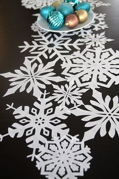 love this beautiful snowflake table runner DIY! looks super intricate, but it's actually very easy to make using a Silhouette!
