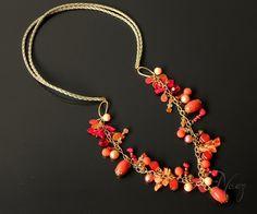 Necklace made with gold leather string, fashion gold chain, coral nacar beads, coral crystal beads and more. Collar hecho con cuero, cadena dorada de fantasía fina, cuentas coral de nacar, cristales checos y otros.