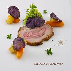 Rolata di tacchino al prosciutto, verdure glassate e chips di patate viola http://giardinociliegi.blogspot.it/2013/12/pensando-al-menu-di-natale-rolata-di.html