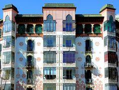 Пример штукатурного дома пестрого цвета в стиле модерн