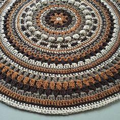 Using a hook 10 and Ribbon XL from… Crochet Mat, Crochet Rug Patterns, Crochet Carpet, Crochet Mandala Pattern, Crochet Home, Crochet Doilies, Crochet Birds, Crochet Animals, Crochet Mandela