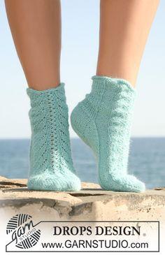 """Strikkede DROPS sokker i """"Alpaca"""" med hullmønster midt oppå. Str 35 til 43. Gratis oppskrifter fra DROPS Design."""