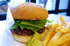 メニューにあるのをうっかり発見してしまったのでプライムビーフのハンバーガーw粗くチョップされたプライムビーフのパティにグリルした紫玉ねぎロメインレタスという珍しく構成バンズがカスカスタイプで個人的にやや残念だっただけどその他の構成は結構良かったこれは今後Lucy's行くときにトラップされてしまうかも #food #foodporn #meallog #burger #burger_jp #ハンバーガー # #tw