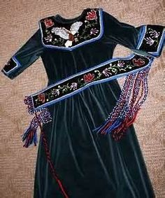 This is a humdinger -- the collar, cuffs, and chemise are classic Haudenosaunee style; the embroidery could be Haudenosaunee or Wabanakhi; the belt strands are finger woven (Kanien'kehaka/Metis), the LOOK is Metis/Anishinabe. Native American Clothing, Native American Regalia, Native American Women, Native American Beadwork, Native American Fashion, Native Beadwork, Clothing Patterns, Dress Patterns, Beaded Moccasins