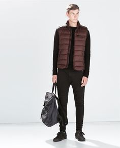 If you're looking for an off-duty and at the same time sharp ensemble, try teaming a brown gilet with black jeans. Consider black leather low top sneakers as the glue that brings this look together. Winter Vest, Winter Jackets, Sweaters And Jeans, Zara Man, Outfit Combinations, Puffer Vest, Vest Jacket, Autumn Fashion, Black Jeans