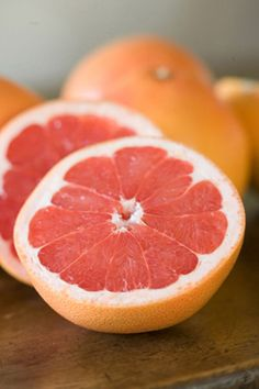Grapefruit and its health benefits are rather interesting. The Grapefruit gets its name from the way it grows in clusters just like grapes, along with a long list of benefits just like the grape. Brain Healthy Foods, Brain Food, Healthy Eating, Healthy Recipes, Health Benefits Of Grapefruit, Best Steak, Raw Materials, Fruits And Vegetables, Fresh Fruit