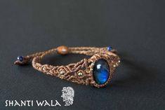 マダガスカル産ラブラドライトを使用したマクラメ編み ハンドメイドブレスレットです。見る角度や石によってまったく異なった輝きを見せるラブラドライトですが、この作品では特に青色の濃いラブラドライトを普段使いしやすい繊細なブレスレットに仕上げました。●ラブラドライト(和名:曹灰長石)石言葉:思慕・調和・記憶18世紀後半、カナダのラブラドル半島で発見された事からこの名がついたと言われています。 蝶の羽や、海、宇宙を想像させるこの独特の輝きは「ラブラドレッセンス」と呼ばれています。 ラブラドライトは一つとして同じ輝きをもった物は無く、コレクターが非常に多い石としても知られています。《本品について》 すべての天然石は、色、輝き、大きさ、形が違うため、出来上がるアクセサリーはデザインやサイズがすべて異なる一点ものとなっております。 長さの調整が可能で、男女兼用で使っていただけます。 また、肌と接する面に金属パーツを使っていないため、金属アレルギーのある方にもおすすめです。【素材】 天然石:ラブラドライト(マダガスカル産) エンド部分:メタルビーズ 紐:ワックスコード(ブラジル産)…