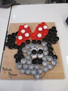 Minnie Mouse knutselen met afval flessendopjes plastic dopjes Bottle Cap Art, Bottle Top, Wire Art, Recycled Materials, Cool Kids, Disneyland, Activities For Kids, Triangle, Lily