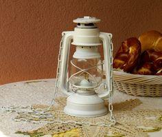 """Mit Liebe für Shabby Chick.     Eine alte Petroleumlampe """"Made in Czechoslovakia"""" aus den 70-iger Jahren in weiß gestrichen. Glaskolben ist ohne Be..."""