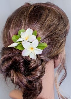 Hair clip plumeria Realistic hawaiian flower Bridal hair flower Tropical hair clip Floral clay jewelry Classy Updo Hairstyles, Everyday Hairstyles, Wedding Hairstyles, Hawaiian Flower Hair, Plumeria Flowers, Bridal Hair Flowers, Clay Jewelry, Hair Pieces, Garden Wedding