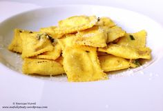 Ravioli with sage and garlic. Great Recipes, Snack Recipes, Snacks, Tasty, Delicious Food, Ravioli, Garlic, Chips, Homemade Food