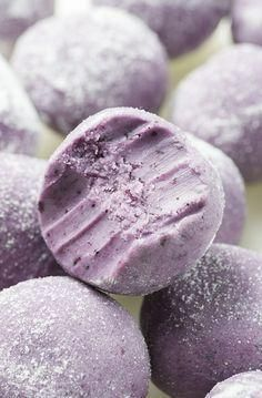 White Chocolate Blueberry Truffles - simple no bake dessert recipe with only 5 ingredients: white chocolate, butter, heavy cream and dried blueberries, roll into powdered sugar. NO ARTIFICIAL COLOR OR FLAVOR ADDED! (no bake recipes desserts) Slow Cooker Desserts, No Bake Desserts, Delicious Desserts, Yummy Food, Vegetarian Desserts, Tasty, Baking Desserts, Recipes For Desserts, Simple Dessert Recipes