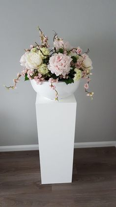 Hoogglans witte schaal doorsnee 40cm opgemaakt met verschillende bloemen. We love it! 💕