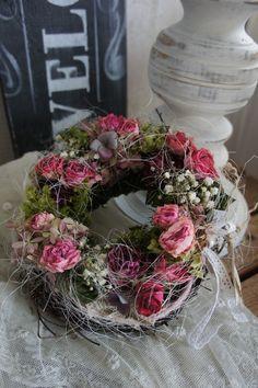 Ein zauberhaft schönes Kränzchen mit getrockneten Rosen, Hortensien  und allerlei Lieblichkeiten....  Durchmesser ca. 20 cm